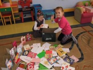 Przedszkolaki z pocztówkami