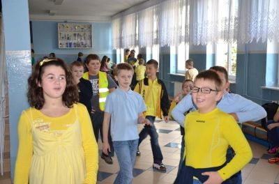 Uczniowie w żółtych ubraniach