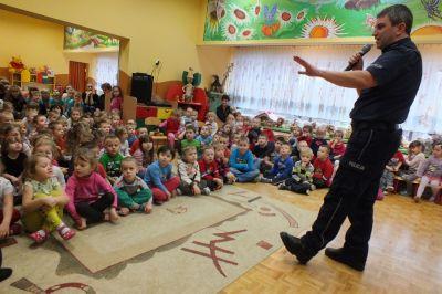 Przedszkolaki na spotkaniu z policjantem
