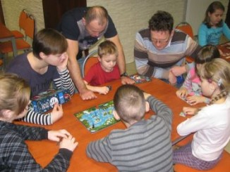 Rodzice i dzieci podczas gry