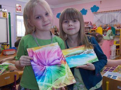 Przedszkolaki z pracami plastycznymi