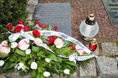 Kwiaty przy tablicy pamiątkowej