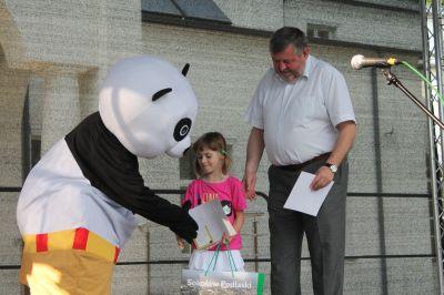 Burmistrz Miasta podczas wręczania nagrody