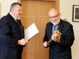 Burmistrz Miasta wręczający nagrodę
