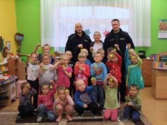 Przedszkolaki z policjantami
