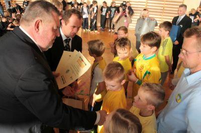 Burmistrz Miasta z dziećmi podczas biesiady
