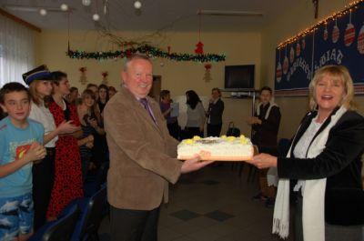 Nauczyciele z tortem urodzinowym