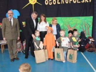 Burmistrz Miasta z nauczycielami i przedszkolakami