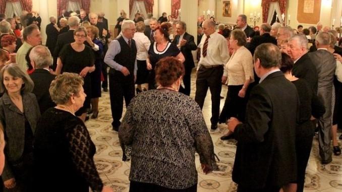 Seniorzy podczas zabawy