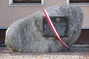 Pomnik z tablicą pamiątkową