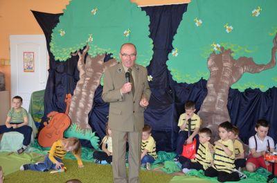 Przedszkolaki i leśniczy