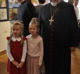 Biskup Antoni Dydycz z przedszkolakami