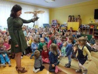 Przedszkolaki podczas lekcji z sową