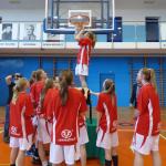 foto: Sokołowianki w zwycięskiej drużynie Mazowsza - tradycyjne odcinanie mistrzowskiej siatki 150x150