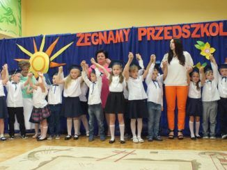 Przedszkolaki podczas zakończenia roku szkolnego