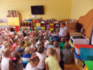 Przedszkolaki podczas akcji Narodowego Czytania