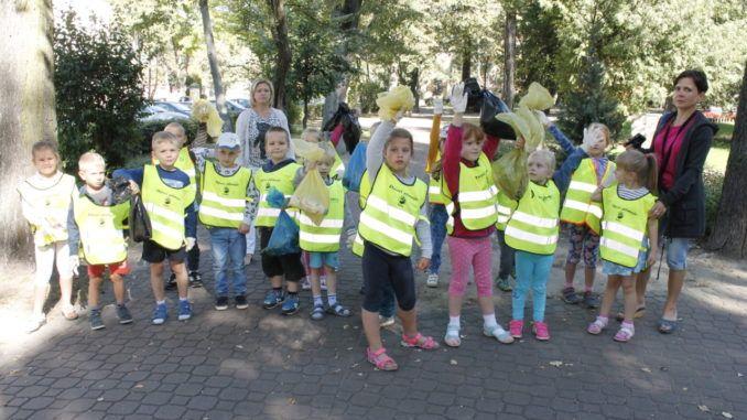Przedszkolaki podczas sprzątania świata