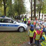 Przedszkolaki na lekcji z policjantem
