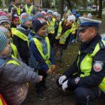 foto: Czapka , gwizdek, ręka w górę. Uwaga! Pan policjant ruchem kieruje! - DSCF4019 150x150