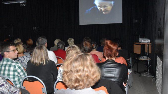 Artystka i widzowie podczas występu