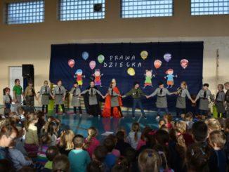 Wykonawcy i przedszkolaki podczas przedstawienia