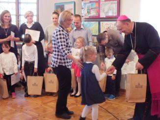 Przedszkolaki odbierające nagrody