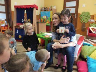 Lidia Sadowa z przedszkolakami
