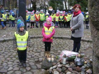 Przedszkolaki upamiętniające Święto Niepodległości