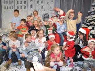 Dzieci podczas zabawy mikołajkowej