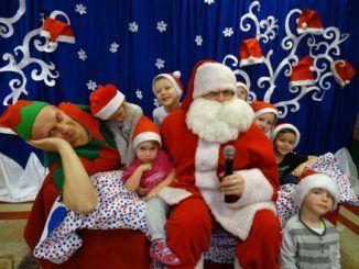 Przedszkolaki na spotkaniu ze świętym Mikołajem