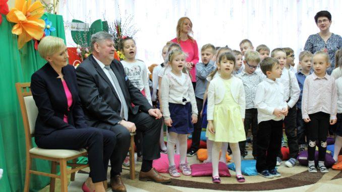 Agata Kornhauser-Duda z przedszkolakami