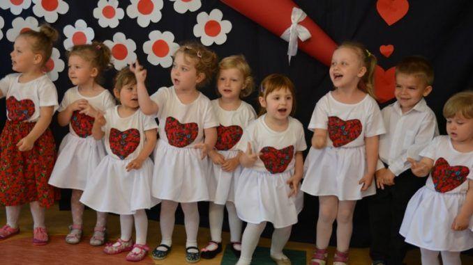 Przedszkolaki podczas występu