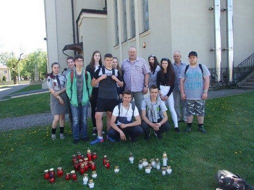 Sokołowscy uczniowie w Alei Dębów Katyńskich