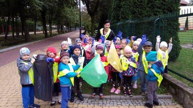 Przedszkolaki podczas akcji sprzątania świata