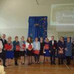 Nauczyciele i uczniowie podczas uroczystości