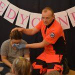 Przedszkolaki z ratownikiem medycznym