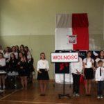 Uczniowie podczas uroczystości rocznicowych
