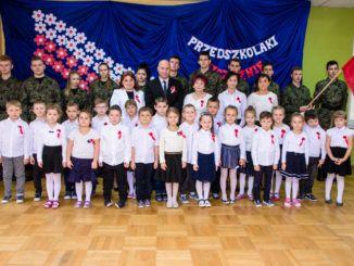 Przedszkolaki podczas uroczystej akademii