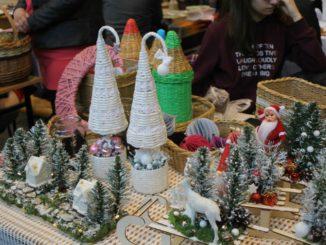 Uczestnicy jarmarku i wyroby świąteczne