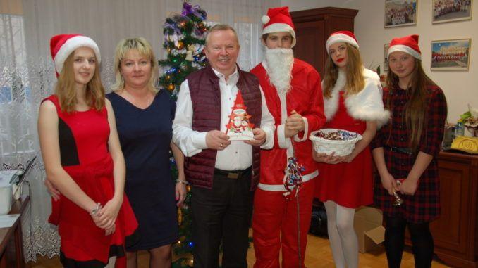 Mikołaj z uczniami i pracownikami szkoły