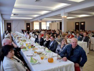 Seniorzy uczestniczący w spotkaniu