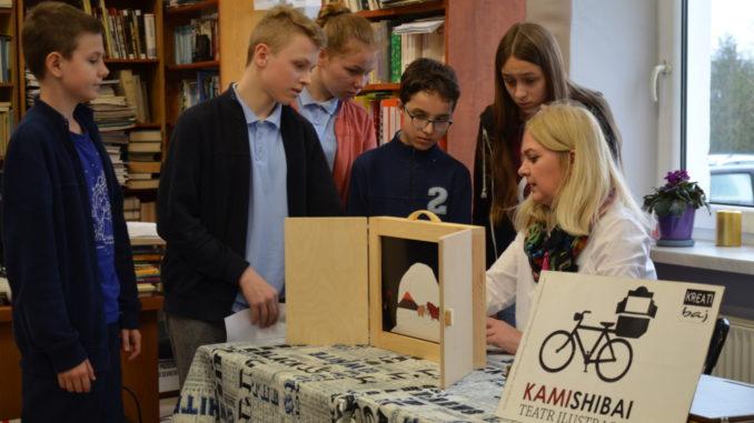 Uczniowie podczas zajęć w bibliotece