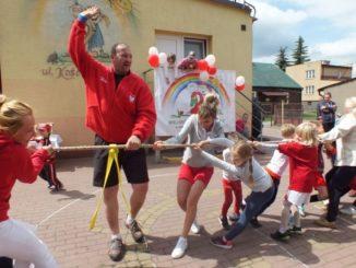 Przedszkolaki z rodzicami podczas zajęć sportowych