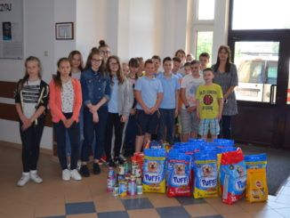 Uczniowie z zebraną karmą
