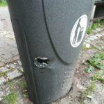 Zniszczony kosz na śmieci