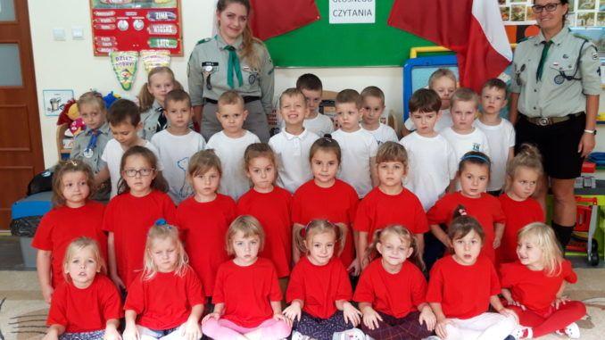 Przedszkolaki i harcerze podczas akcji