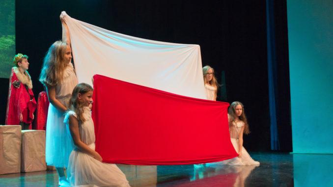 Uczniowie podczas występu