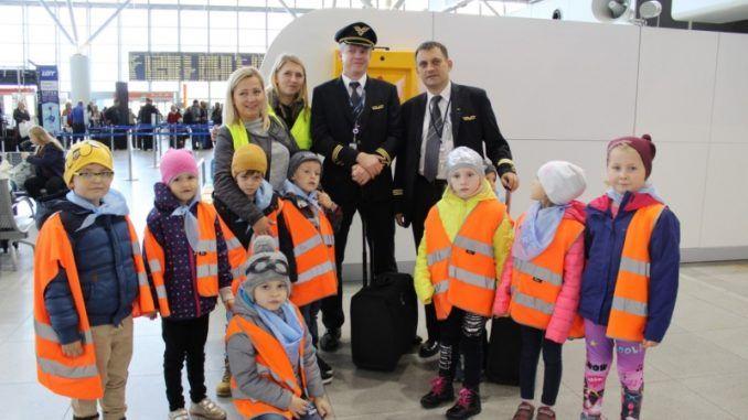 Przedszkolaki na lotnisku