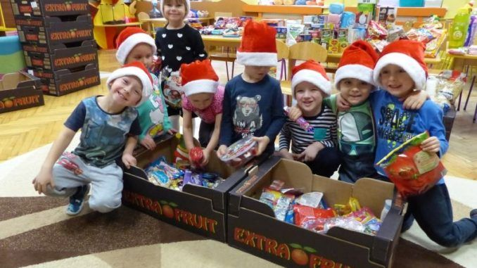 Przedszkolaki przygotowujące paczki