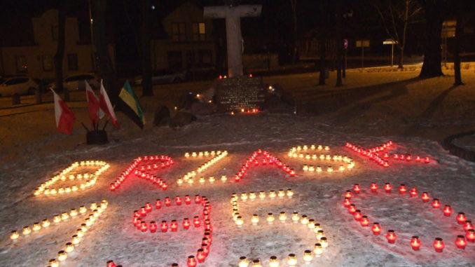 Znicze pod pomnikiem Żołnierzy AK